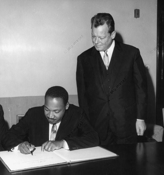 Dr. M. L. King jr. schreibt ins goldene Buch des Rathaus Schöneberg